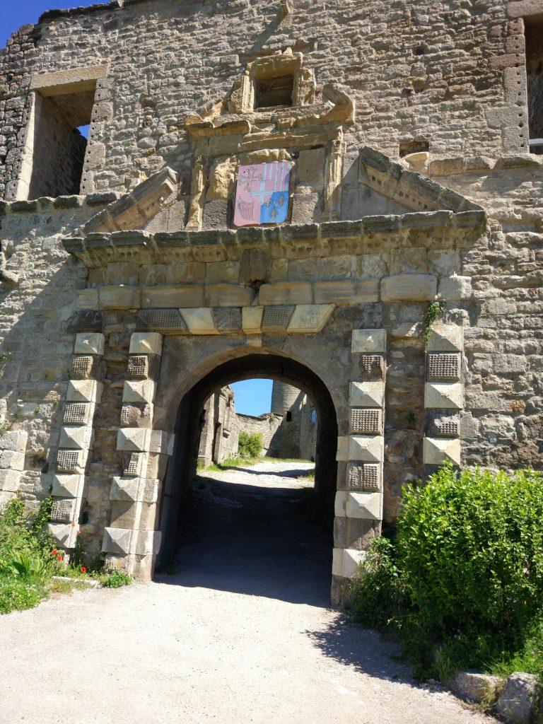 Portail du château © Office de tourisme des causses à l'Aubrac