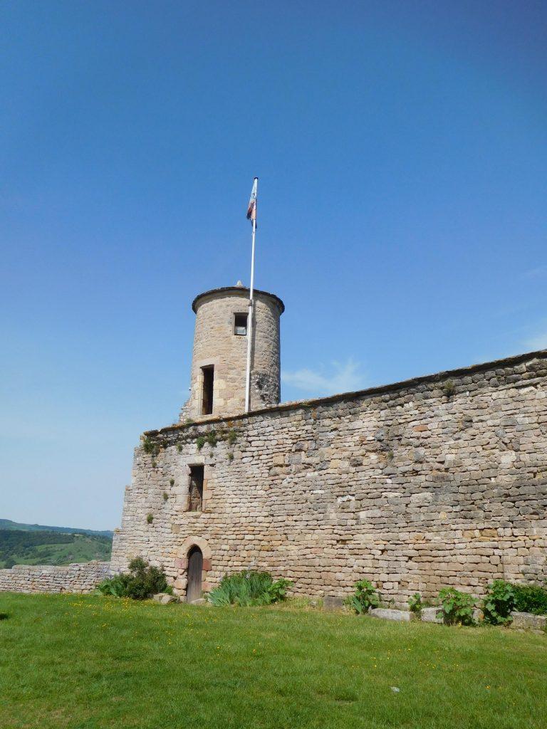 Tour et courtine du château © Office de tourisme des causses à l'Aubrac